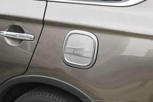 Накладка (пластиковая) на крышку бензобака Mitsubishi Outlander (2015-2017)