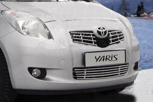 Декоративный элемент решётки радиатора Toyota Yaris 2009 – 2011